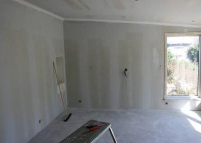 Vardagsrummet med stereoskåpet på vänster sida